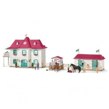 Большой конный двор с домом и конюшня